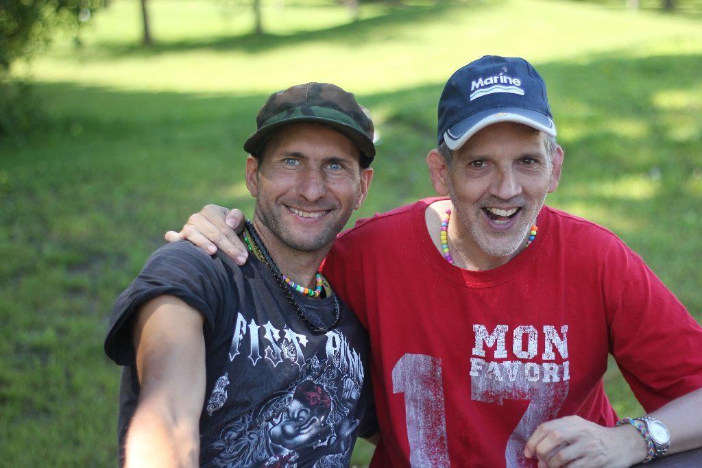 Deux campeurs font la pose au camp Garagona