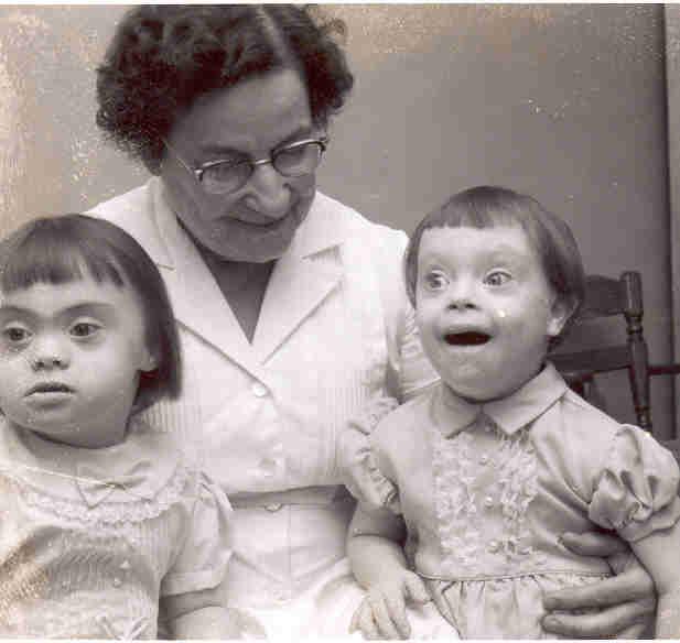 Madame Butters avec deux résidents de son hôpital à Austin